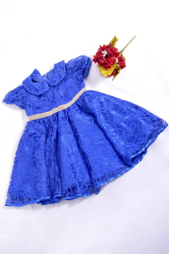 Vestido azul infantil de renda
