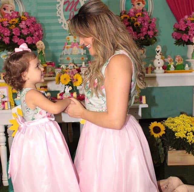 vestido mae filha floral1 Elas vestem vestidos infantil de festa Ana Giovanna