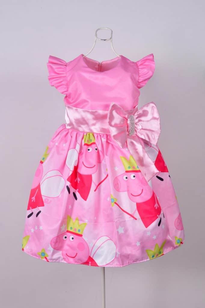 O vestido de festa infantil integra-se à decoração do aniversário
