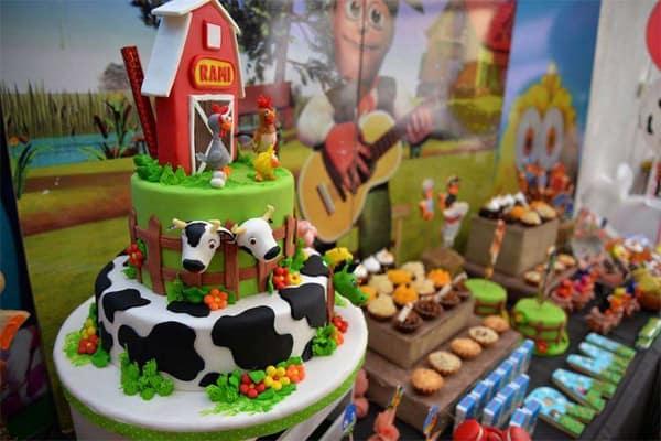 Festa infantil Fazendinha - decoração mesa do bolo