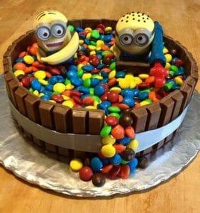 20-ideias-para-bolo-dos-minions-M&M